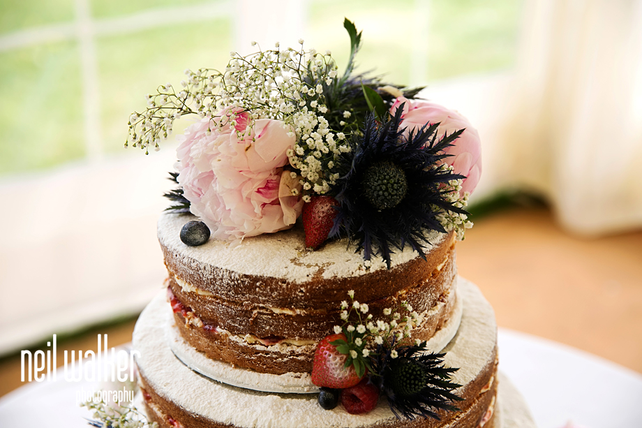 the flowers on the wedding cake