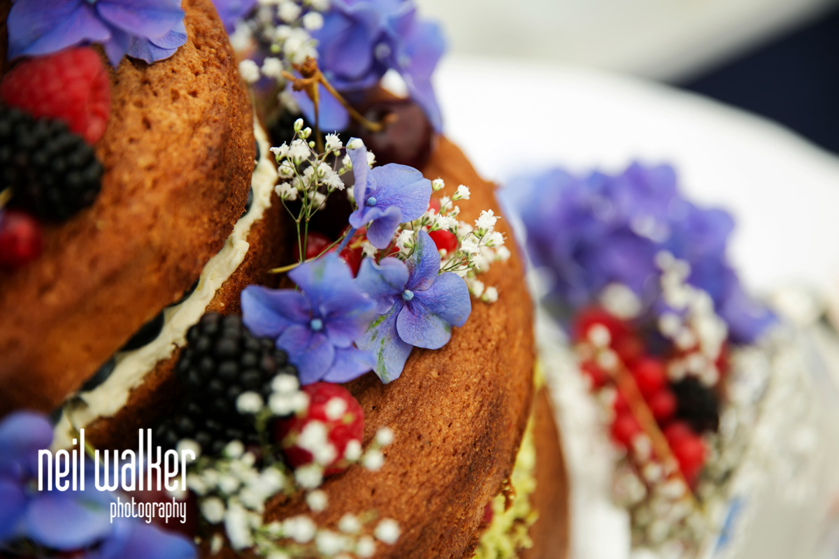 a close up of the wedding cake
